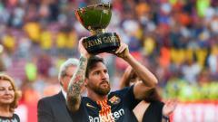 Indosport - Lionel Messi mengangkat trofi Trofeo Joan Gamper usai mengalahkan Boca Juniors.
