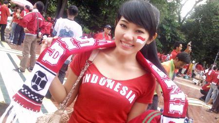 Via Vallen saat mendukung Timnas Indonesia di Piala AFF 2010 - INDOSPORT