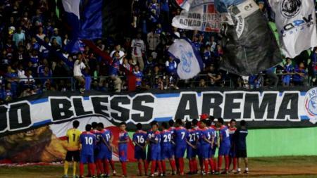 Pemain Arema Indonesia dan Aremania melakukan perayaan HUT ke 31 di Stadion Gaja. - INDOSPORT