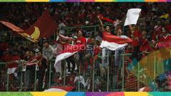 Indosport - Ekspresi suporter Indonesia kala mendukung Timnas U-23 di Asian Games 2018.