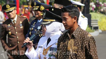 Walikota Surabaya Tri Rismaharini memberikan pesan kepada Surpriadi. - INDOSPORT