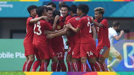 Para pemain Laos berselebrasi pasca mencetak gol ke gawang Palestina. - INDOSPORT