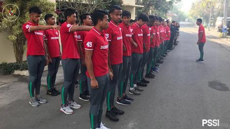 Penggawa Timnas U19 melakukan upacara HUT RI. - INDOSPORT