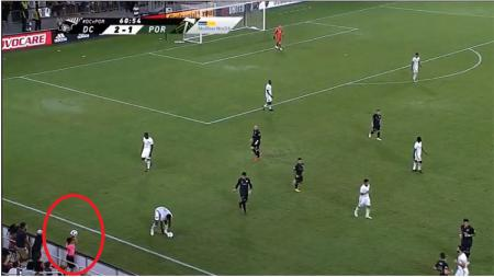 Aksi ball boy di laga D.C. United vs Portland Timbers, Kamis (16/07/18). - INDOSPORT
