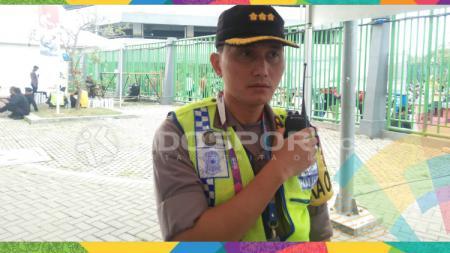 Polisi pengamanan laga Timnas Indonesia U-23 vs Laos U-23. - INDOSPORT