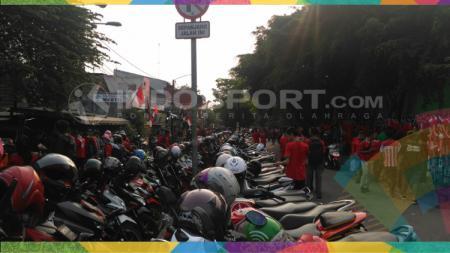 Tempat parkir dadakan di Stadion Patriot untuk laga Indonesia vs Laos. - INDOSPORT