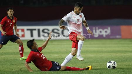 Stefano Lilipaly berupaya melewati adangan pemain Laos. - INDOSPORT