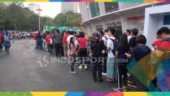 Indosport - Suasana stadion GBK mulai dipadati penonton, mereka datang bersama keluarganya, mulai dari anak-anak, remaja hingga orang tua.