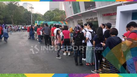 Suasana stadion GBK mulai dipadati penonton, mereka datang bersama keluarganya, mulai dari anak-anak, remaja hingga orang tua.