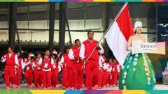 Indosport - Perenang Indonesia, I Gede Siman Sudartawa (membawa bendera) ketika tampil pada defile kontingen Indonesia pada Asian Games Incheon.