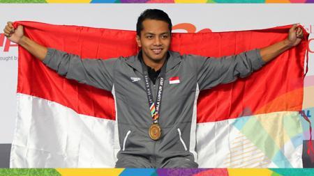 Siman saat meraih medali emas renang 50 meter gaya punggung di Sea Games 2017 di Malaysia. - INDOSPORT