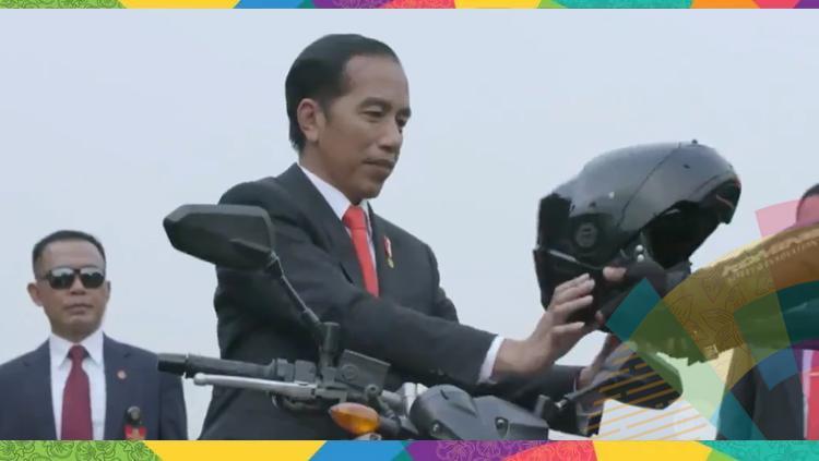 Jokowi menaiki motor di pembukaan Asian Games 2018. Copyright: INDOSPORT