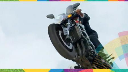 Presiden Indonesia, Joko Widodo tengah membawa motor. - INDOSPORT
