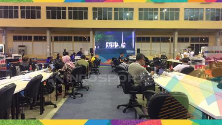 Suasana wartawan menyaksikan pembukaan Asian Games 2018 di MPC Palembang. - INDOSPORT