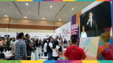 Ratusan wartawan semangat menyaksikan pembukaan Asian Games 2018 di MPC. - INDOSPORT