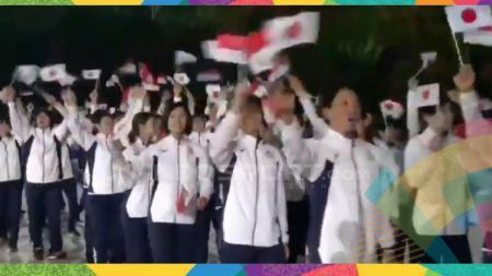 Kontingen Jepang kibarkan bendera Indonesia. - INDOSPORT