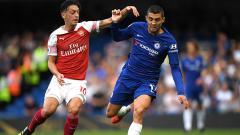 Indosport - Perebutan bola antara Mesut Ozil dengan Mateo Kovacic