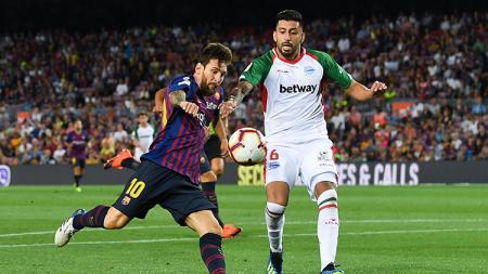 Lionel Messi membawa bola saat Barcelona melawan Alaves. - INDOSPORT