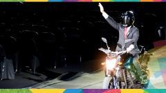 Indosport - Aksi Jokowi yang mengendarai motor saat upacara Opening Ceremony Asian Games 2018.
