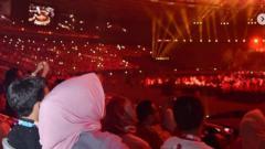 Indosport - Istri Gubernur Anies Baswedan besarma tiga nakanya di opening caremony Asian Games 2018.
