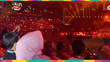 Istri Gubernur Anies Baswedan besarma tiga nakanya di opening caremony Asian Games 2018. - INDOSPORT