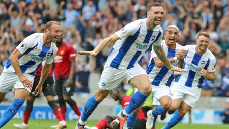 Pemain Brighton & Hove Albion merayakan golnya ke gawang United. - INDOSPORT