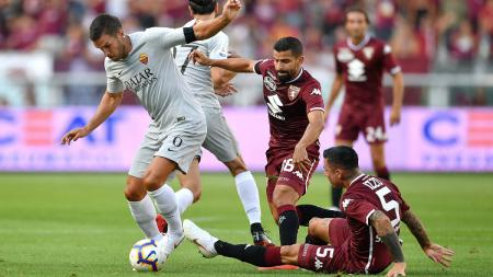 Kevin Strootman melindungi bola dari para pemain Torino. - INDOSPORT