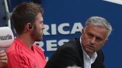Indosport - Jose Mourinho tampak kesal.