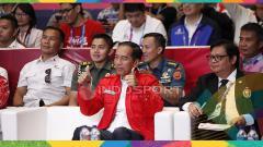 Indosport - Presiden Joko Widodo mengangkat kedua jempol untuk Lindswell Kwok sabet medali emas Asian Games 2018.