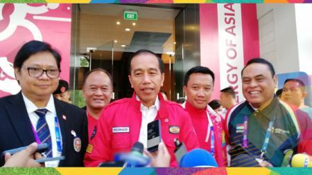 Presiden Joko Widodo saat menganggapi awak media. - INDOSPORT