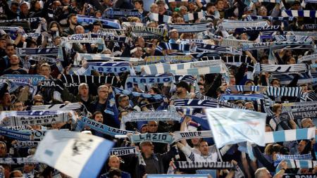 Ultras Lazio bentrok dengan pihak kepolisian jelang laga final Coppa Italia 2018/19 antara Atalanta vs Lazio. - INDOSPORT