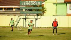 Indosport - Sejumlah pemain Persebaya yang hadir latihan perdana di lapangan jenggolo.