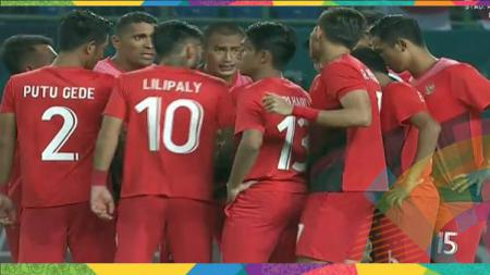 Para pemain Timnas Indonesia U-23 di Asian Games 2018 berkoordinasi. - INDOSPORT