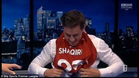 Gary Neville mengenakan seragam Liverpool milik Shaqiri setelah kalah taruhan. - INDOSPORT