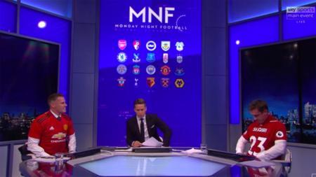 Nevile dan Carrager dengan mengenakan kaos Liverpool dan Man United usai kalah taruhan. - INDOSPORT