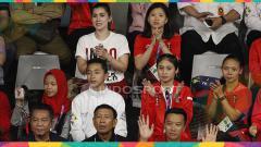 Indosport - Pebulutangkis Cantik Indonesia seperti Debby Susanto yang tidak masuk di dalam tim tetap mendukung rekan-rekannya dari tribun.