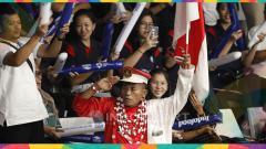 Indosport - Para suporter wanita bersama ikon suporter fanatik bulutangkis bapak Hariyanto mendukung tim Indonesia.
