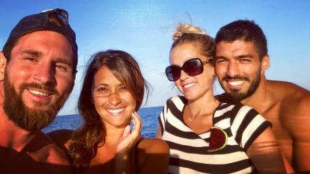 Lionel Messi dan Luis Suarez liburan bersama dengan istrinya. - INDOSPORT