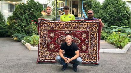 FC Rostov merilis jersey ke-4 musim ini mirip motif karpet miliki suporternya. - INDOSPORT