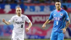 Indosport - Andres Iniesta (kiri) dan Fernando Torres (kanan) kini sama-sama bermain di Liga Jepang