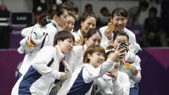 Indosport - Tim bulutangkis beregu putri Jepang juara 1 Asian Games 2018 usai taklukan China 3-1.