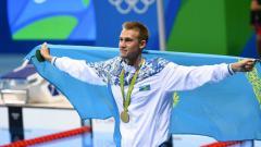 Indosport - Perenang asal Kazakhstan, Dmitriy Balandin, saat meraih medali emas di Olimpiade Rio 2016
