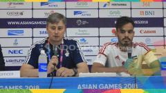 Indosport - Pelatih Uni Emirat Arab, Skorza Magiet (kiri) ditemani pemainnya Alyahyaee Ali (kanan).