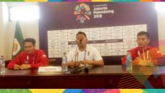 Indosport - Komang Adi Putra (kanan), Abas: staff pelatih tim silat indonesia (tengah), iqbal chandra pratama (kiri).