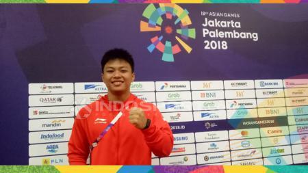 Dalam pelatnas angkat besi Indonesia untuk SEA Games 2019, Rahmat Erwin Abdullah dilatih langsung oleh sang ayah, Erwin Abdullah. - INDOSPORT