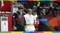 Indosport - Pesilat Indonesia, Amri Rusdana (sabuk biru) melawan Pesilat Uzbekistan, Nurulla Saidov pada babak 16 besar Kelas F Putra 70kg-75kg di Padepokan Pencak Silat TMII, Rabu (23/08/18). Amri menang 5-0 atas lawannya.