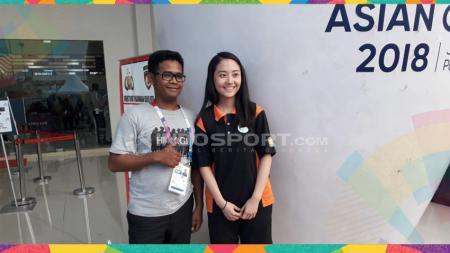 Penonton berfoto pose dengan atlet Makau, Weng Shi. - INDOSPORT