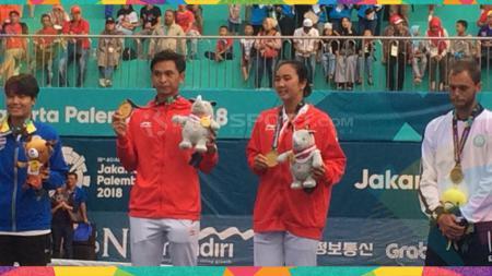 Dua petenis Indonesia, yakni Aldila Sutjiadi dan Christopher Rungkat berhasil meraih kemenangan di babak perempatfinal turnamen tenis internasional. - INDOSPORT