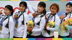 Indosport - Medali perunggu pertama untuk Korea Bersatu di nomor perahu naga putri Asian Games 2018.