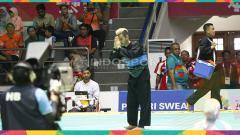 Indosport - Atlet silat Indonesia, Hanifan Yudani Kusumah (sabuk biru) melawan pesilat Laos, Phoumiphon Vongphakdy (sabuk merah) pada babak perempat final kelas C Putra: 55-60kg di Padepokan Silat TMII, Sabtu (25/08/18).